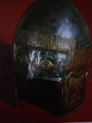 Coif de argint aurit descoperit la Peretu, sec. IV î. Hr. , decorat cu motive simbolice şi semnificaţii magico-religioase. A aparţinut unei căpetenii geto-dacice. mostenireculturala.com
