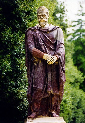 Statuie de nobil dac din porfir, material destinat imortalizării zeilor şi muritorilor asimilaţi lor. statuidedaci.ro